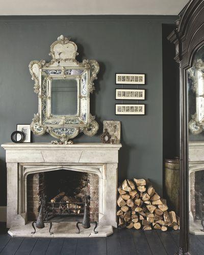 Dans la chambre, la cheminée en pierre Napoléon III est surmontée d'un miroir vénitien fleuris. Plus de photos sur Côté Maison http://petitlien.fr/8378