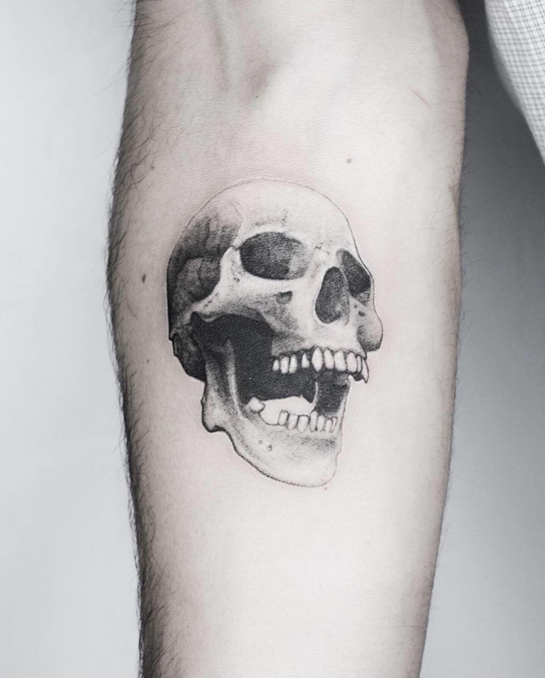 💀 . . . . . #tattoo #fineline #blackwork #animaltattoo #geometrictattoos #realistictattoos #realism #realismo #microrealismo #microrealism #death #skulltattoo #skull