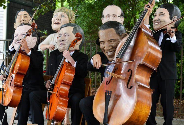 """Marionetten: Die G7-Chefs als Orchester, das den Ton angibt. In Brüssel demonstrieren Aktivisten der Organisation """"Oxfam"""" gegen den G7-Gipfel und für mehr Transparenz in der internationalen Finanzpolitik. Mehr Bilder des Tags auf: http://www.nachrichten.at/nachrichten/bilder_des_tages/cme10133,1072225 (Bild: EPA)"""