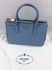 38689779f42c1 Prada Damen Designer Tote Handtasche BN1801 Saffiano Lux Baby Blue Medium   Pradah .