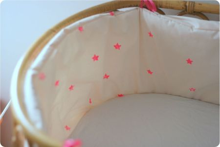 etoiles fluo (faites avec un tampon home made et de la peinture pour - peinture chambre bebe fille