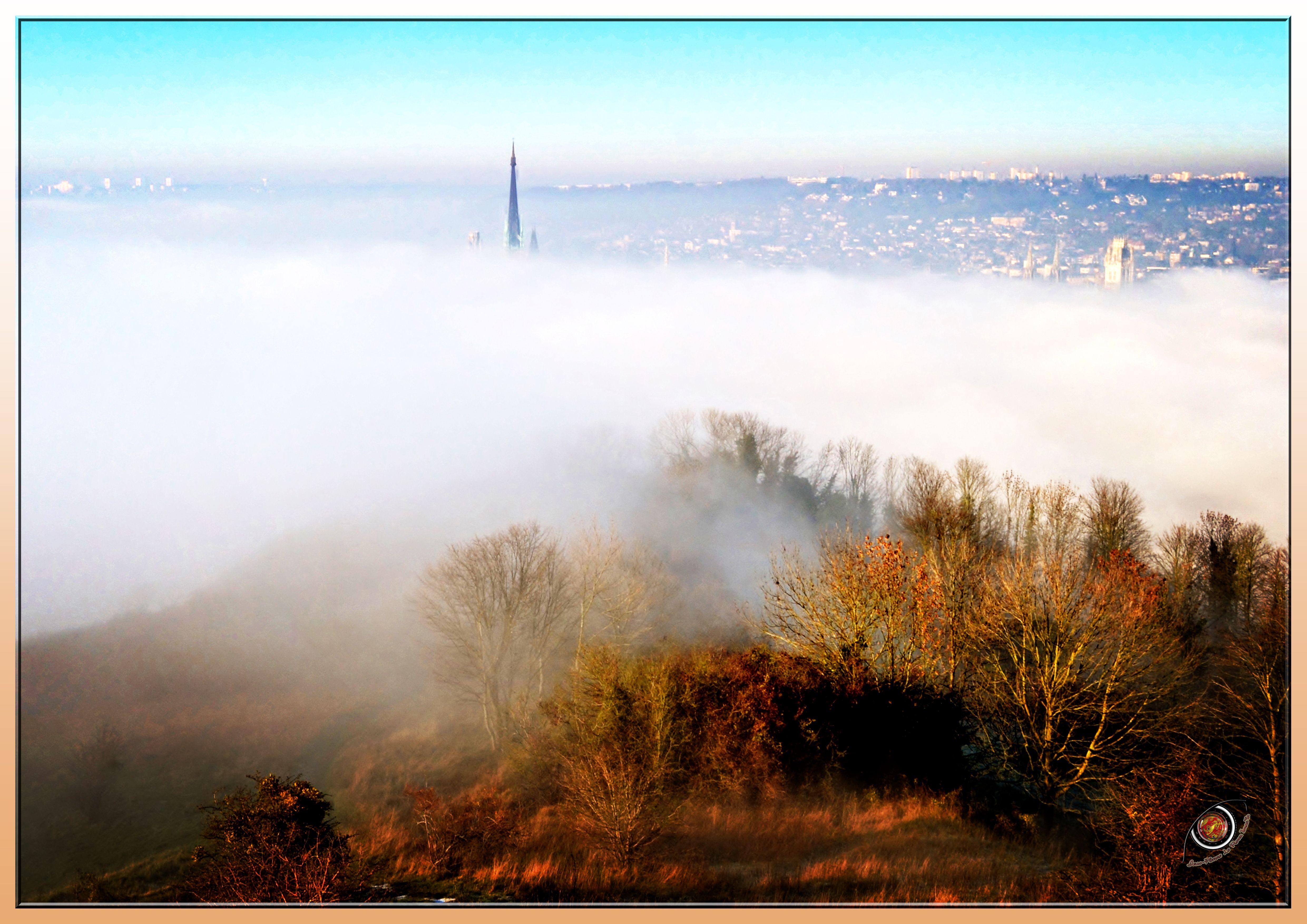 Rouen dans les nuages