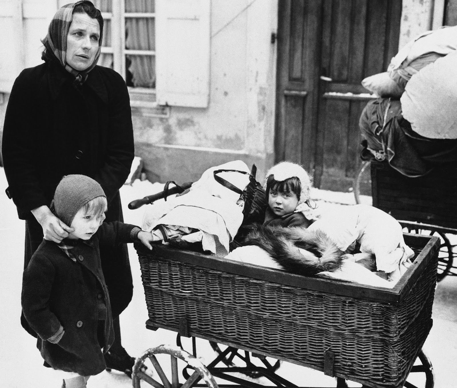 21 Haunting Vintage Pictures of the Refugee Crisis Caused by World War II