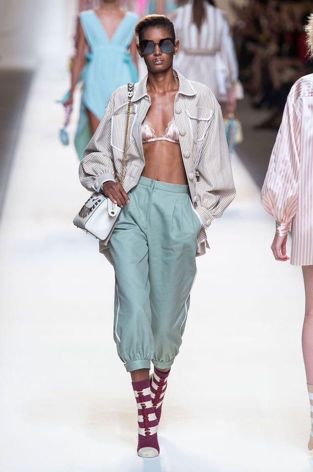 VIDEO. Fashion Week de Milan  Fendi joue la trendresse   Pyjamas e92a475f110