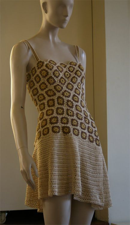 Vestido realizado con pequeños cuadrados   Dress made with small
