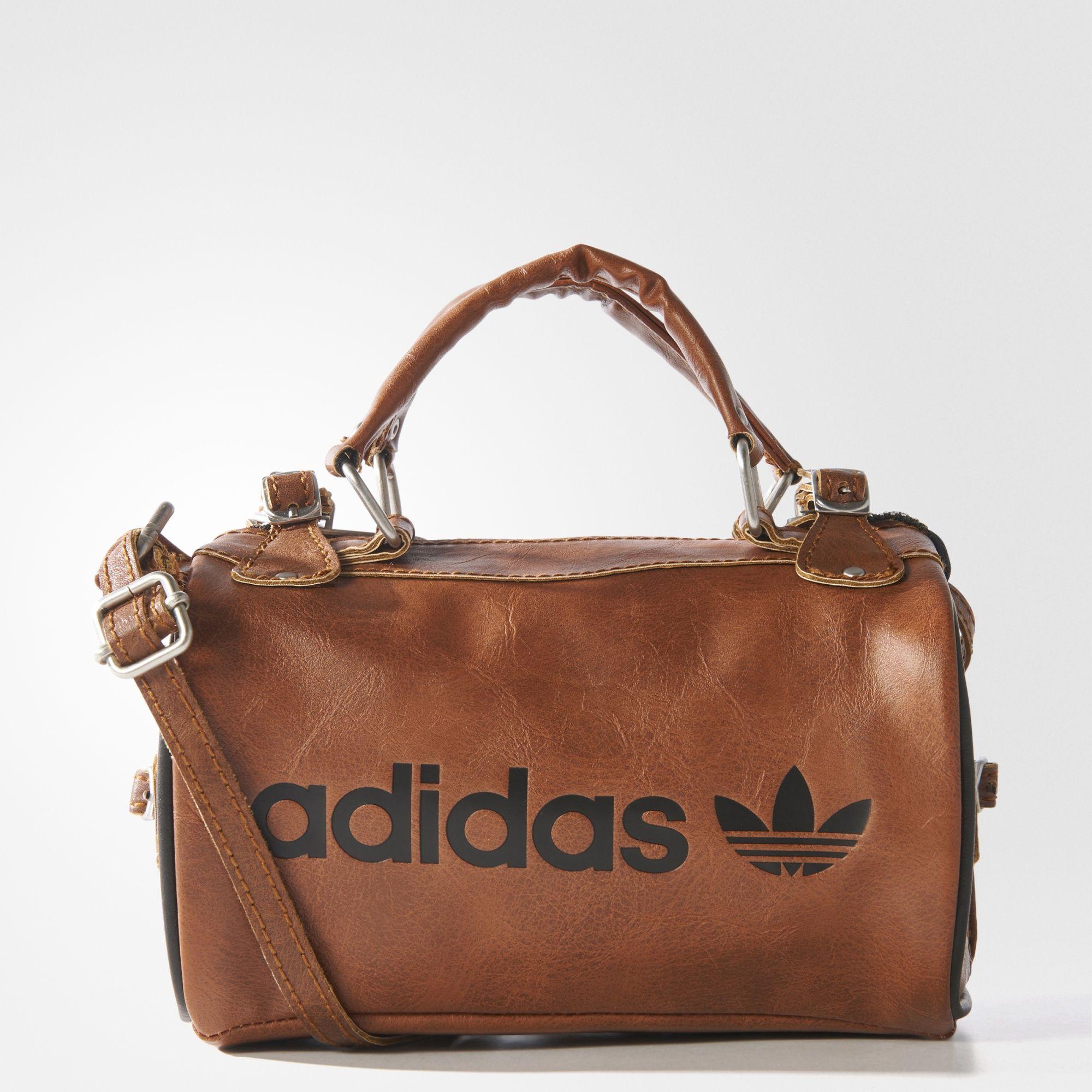 3a4b7f0db Diretamente do acervo adidas, esta bolsa apresenta o visual e o toque do  couro, sendo finalizada com detalhes resistentes de metal.