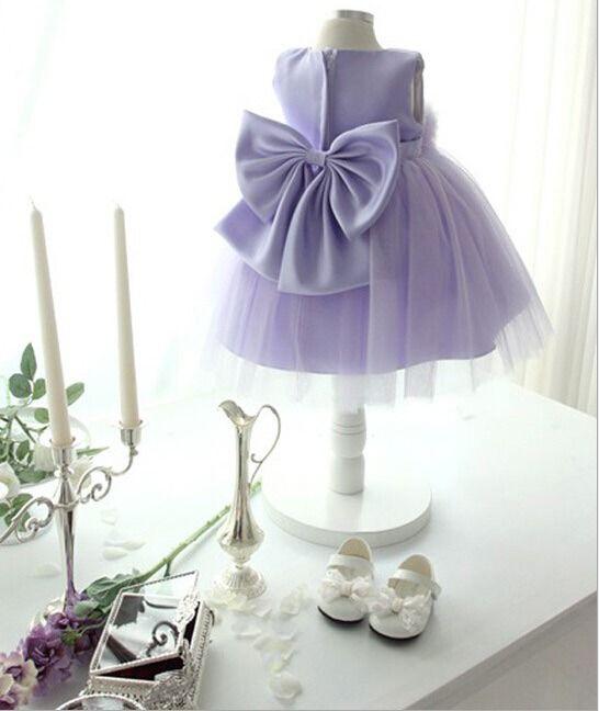 Lila tyllklänning med blomma