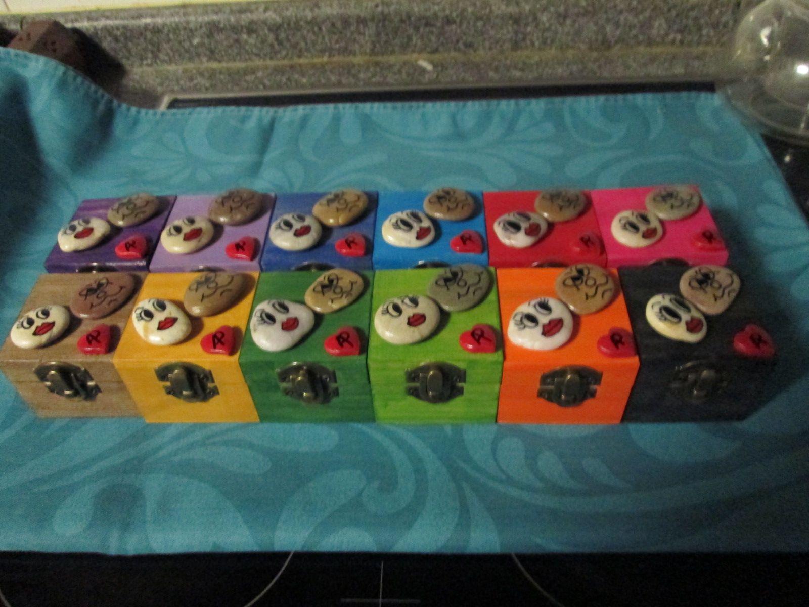 Caixas com pedras pintadas
