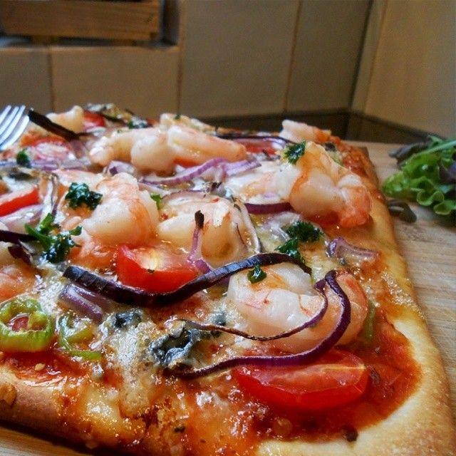 pizza met scampi tomaat en paprika