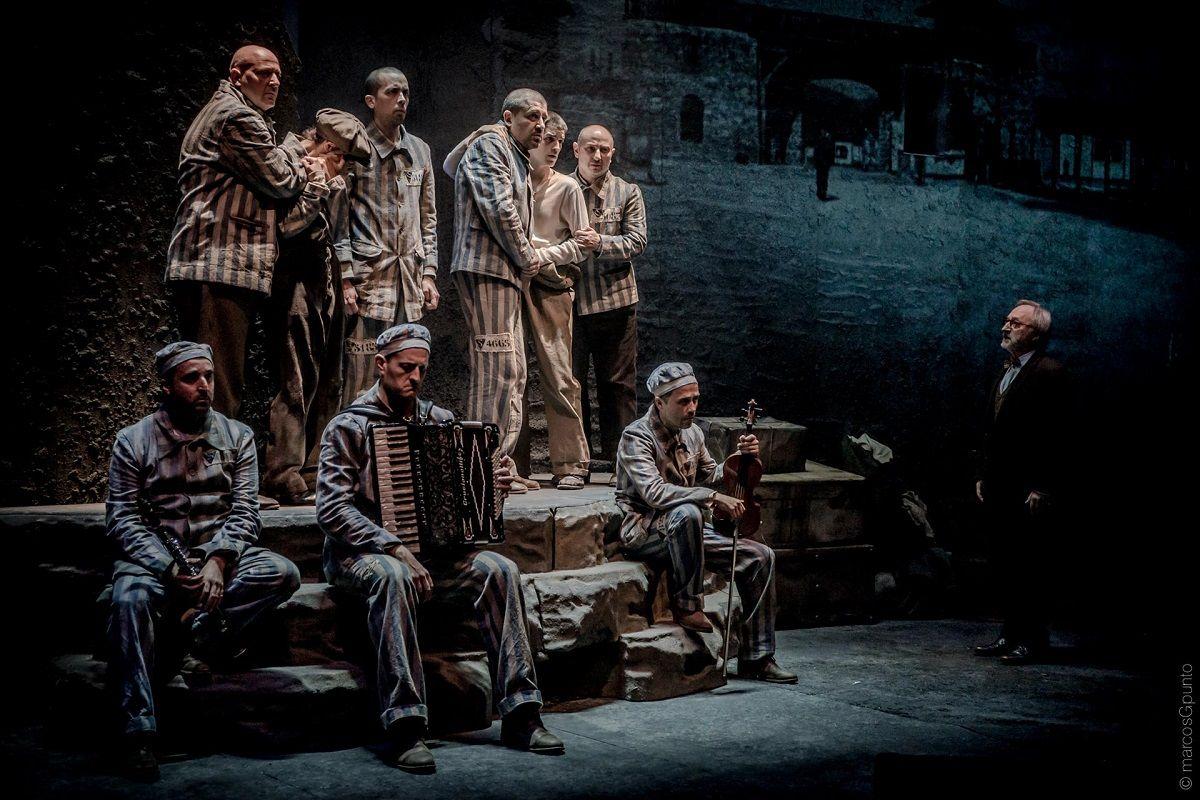 El triángulo azul: 6 febrero a las 21:00 horas en #Teatro Central #Sevilla. Un montaje rotundo, emocionante y revelador. Una ceremonia grotesca puesta en pie por los presos a ritmo de #chotis y #pasodoble.