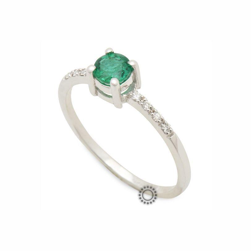 Λεπτό και μοντέρνο μονόπετρο δαχτυλίδι από λευκόχρυσο Κ18 με πράσινο  σμαράγδι και μικρά διαμάντια στη βέρα 3e4c5df60a8