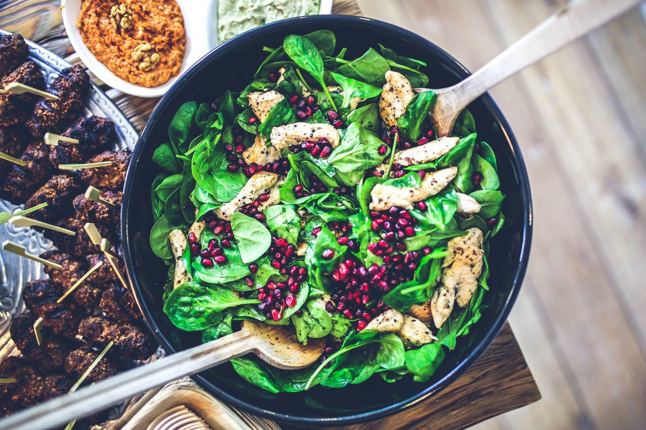 Granaattiomenan kiinnostava historia ja terveyshyödyt on mielenkiintoista luettavaa. Upeat siemenet ovat myös monikäyttöisiä eri ruoissa, lue lisää.