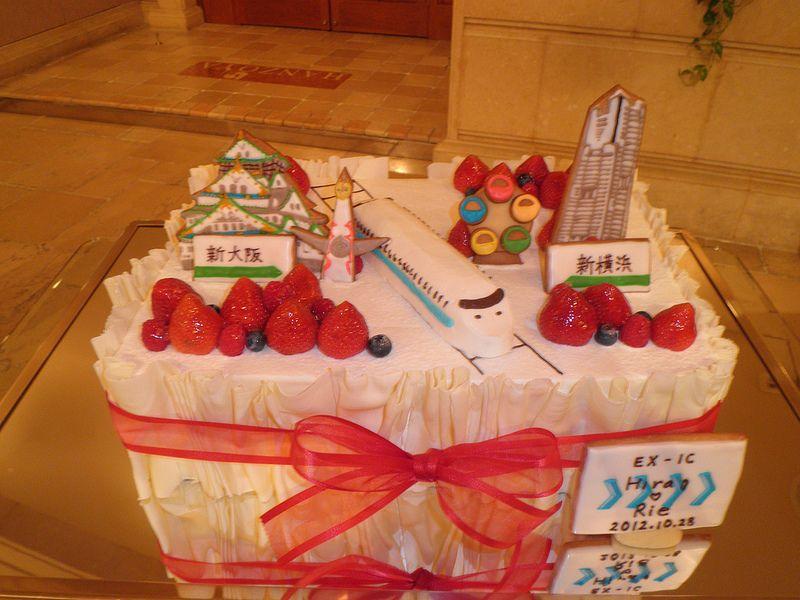 横浜と大阪をつなぐ、新幹線。遠距離恋愛のおふたりがテーマにしたケーキは、かわいいと評判でしたよ。
