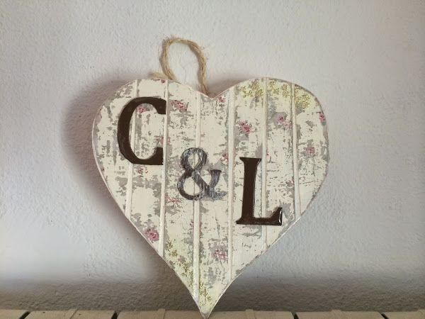 Precioso corazón de cartón decorado con efecto de madera