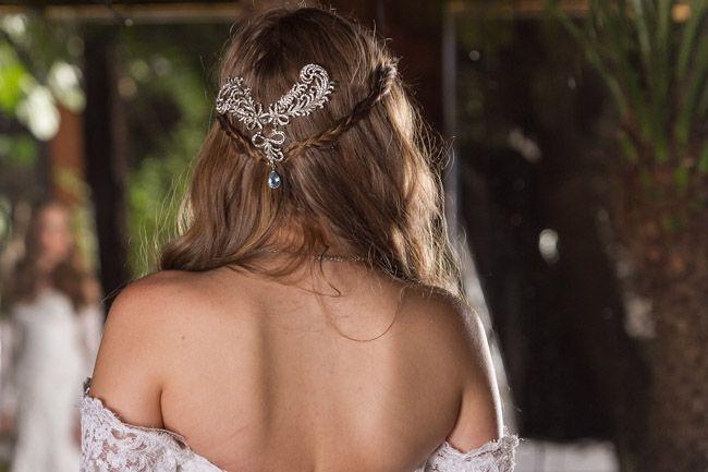 Especial para noivas: ondas suaves, texturizadas e acessório usado na traça.