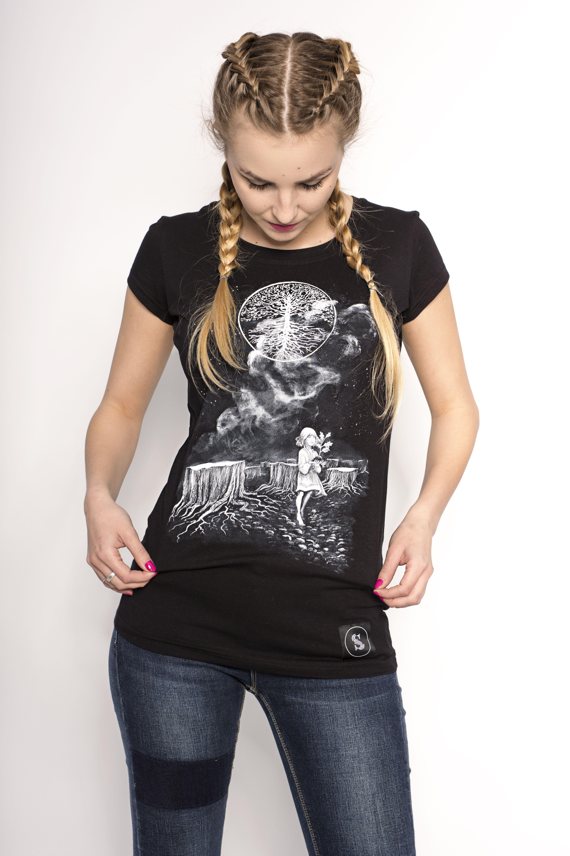 Czarna Koszulka Z Grafika Przedstawiajaca Sciete Deby Swiete
