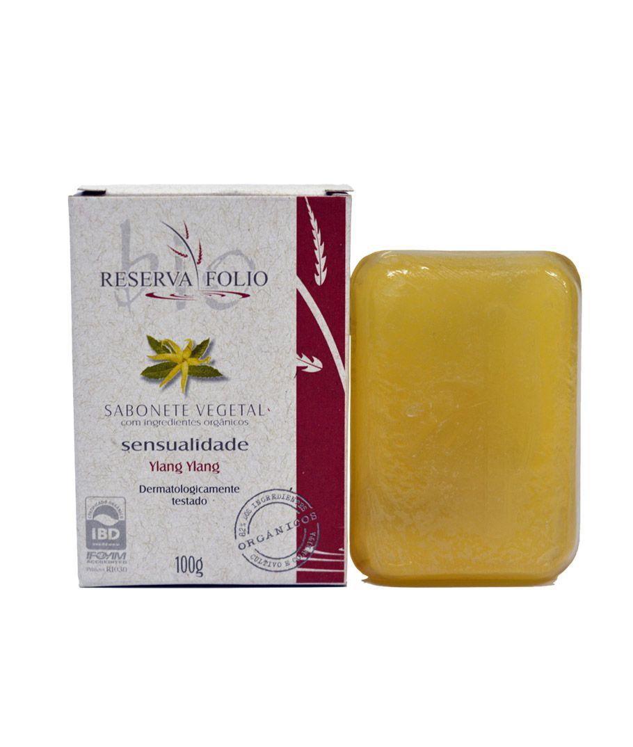 Os SABONETES VEGETAIS SENSUALIDADE, em barra, com ingredientes orgânicos, limpam a pele cuidadosamente, tornando-a macia e suave. O seu uso propicia uma deliciosa sensação de equilíbrio e bem-estar. O exótico óleo de Ylang Ylang auxilia a harmonizar os sentidos propiciando sutil despertar da sensualidade.