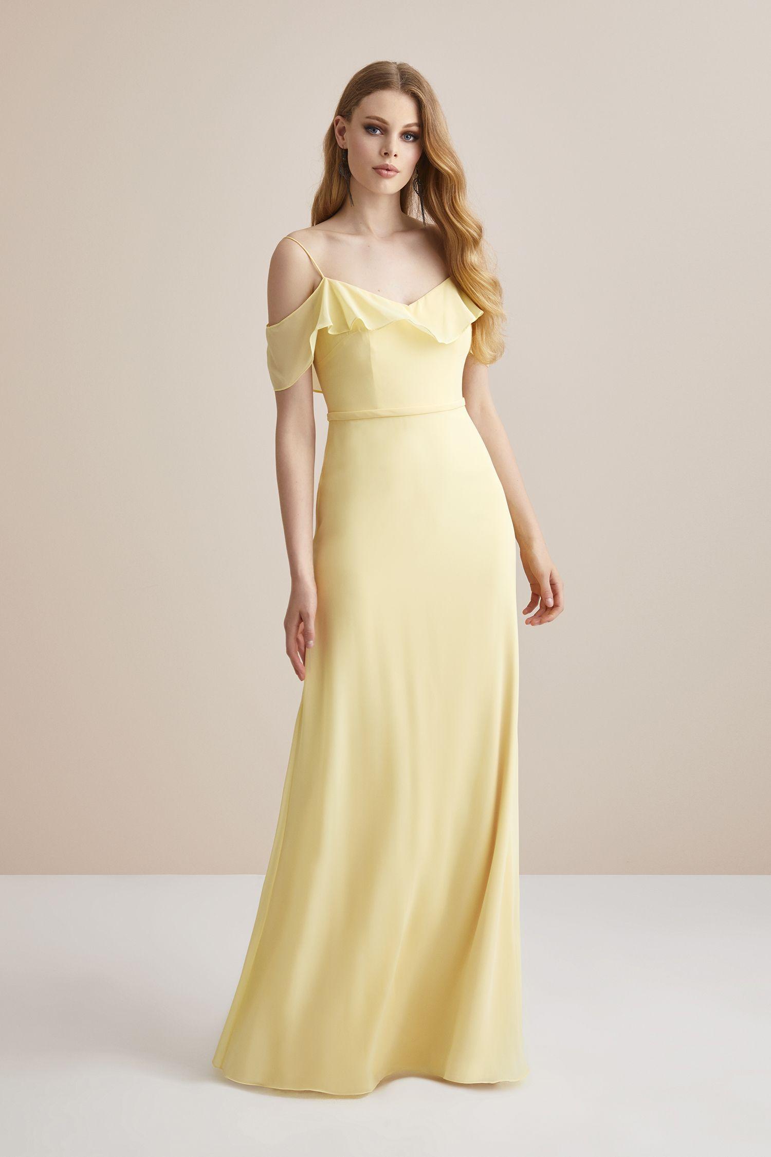 a745f0ace2849 Sarı İnce Askılı Şifon Uzun Abiye Elbise. Düğün gününde gelinin en yakın  arkadaşı Nedimeler şıklığını