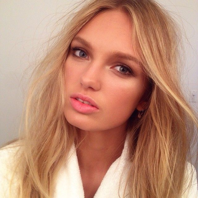On set with golden beauty @romeestrijd #bts @ashleeroseboots, using @purminerals 4-in-1 tinted moisturizer and Afterglow illuminating powder, #Chanel eyeshadow quad in Dunes and Hydra Beauty lip care, @narsissist blush in Gaiety, @ctilburymakeup Filmstar Bronze & Glow, @sigmabeauty brow pencil in Clean Cut #samuelpaulmakeup