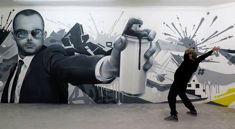 hombre con una pistola de pintura mural por el artista callejero británico Gnasher