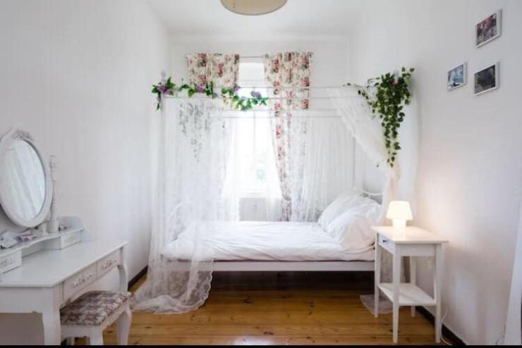 Schlafzimmer Pflanzen ~ Minimalistische schlafzimmer einrichtung mit vielen grünen
