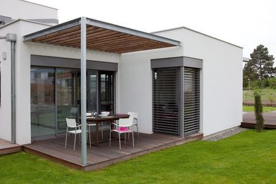 Une maison écolo et moderne avec vue sur le jardin | Pergolas ...