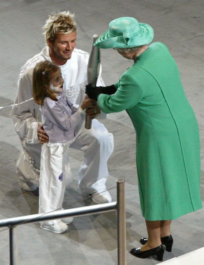 90 anni, 90 look, 1 regina. E 1 icona David beckham
