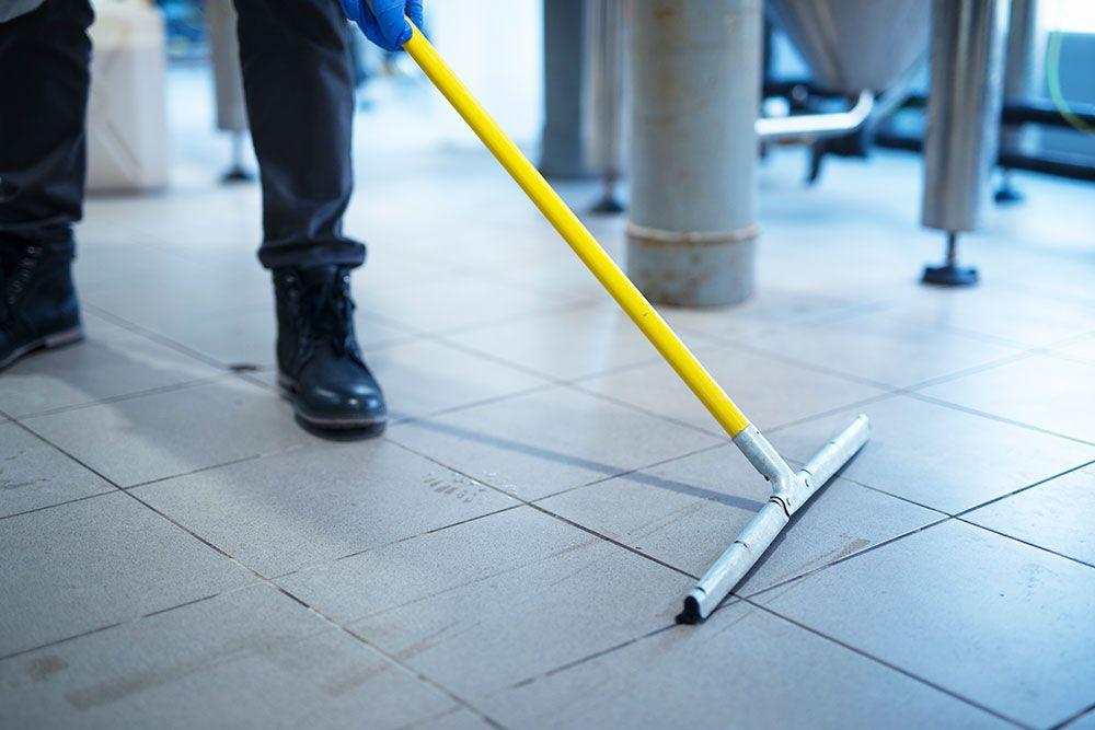كيفية تنظيف البلاط القديم البلدي والاسو د اكتشفي أفضل طرق غسيل رخام المطبخ الأسود من البقع In 2021 Home Appliances Cleaning Tiles