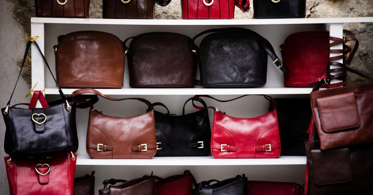 e094eaa1b Como lavar Bolsas Longchamp. Longchamp é uma empresa de vestuário e  acessórios em couro sediada