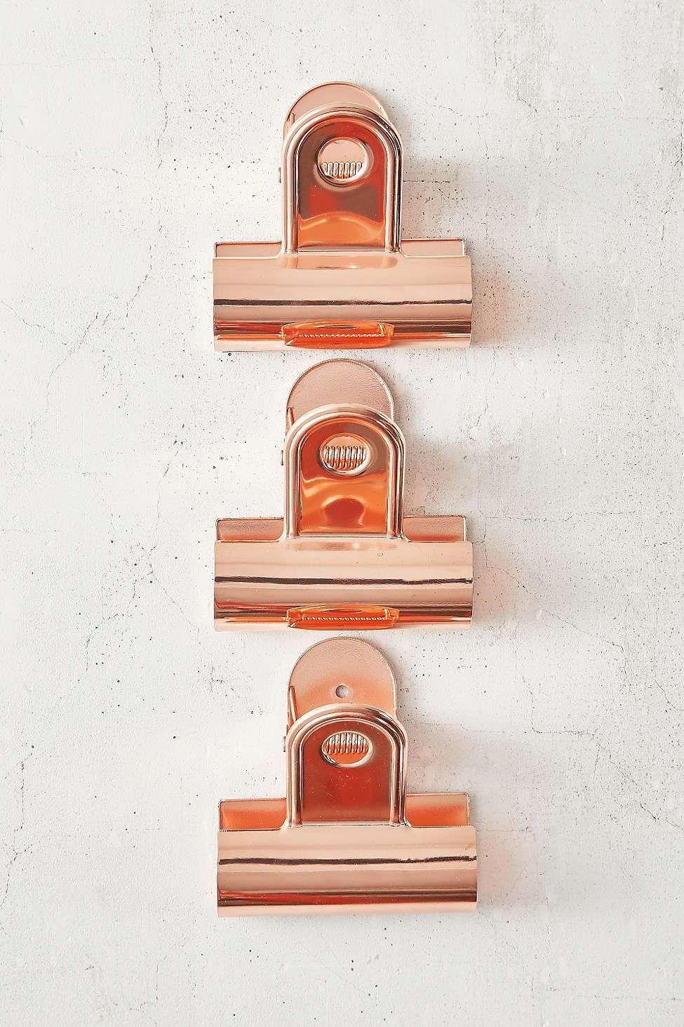 Große Klammern in Kufper, die sich ideal eignen, um Poster, Fotografien und andere Kunstwerke an der Wand zu befestigen.