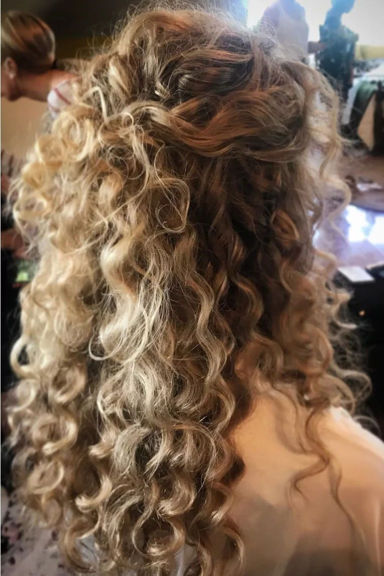Stunning Wedding Hairstyles For Naturally Curly Hair Weddings Half Up Pinning Hair Half In 2020 Curly Hair Styles Naturally Curly Hair Styles Curly Natural Curls
