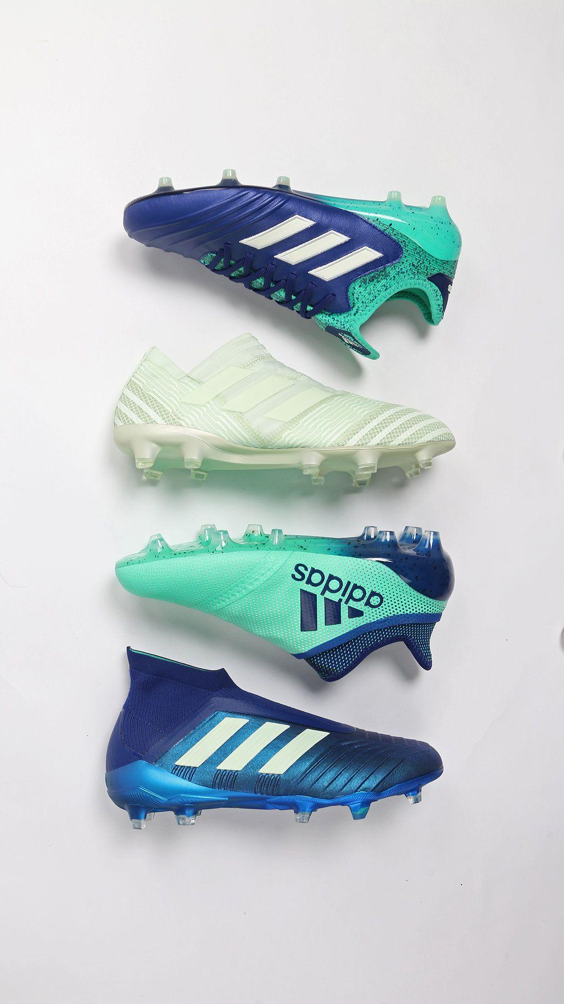 8ca890ddc08ab Colección de botas de fútbol con tacos adidas deadly strike. Foto  Marcela  Sansalvador para futbolmania.com  adidas  deadlystrike  futbolmania   ...