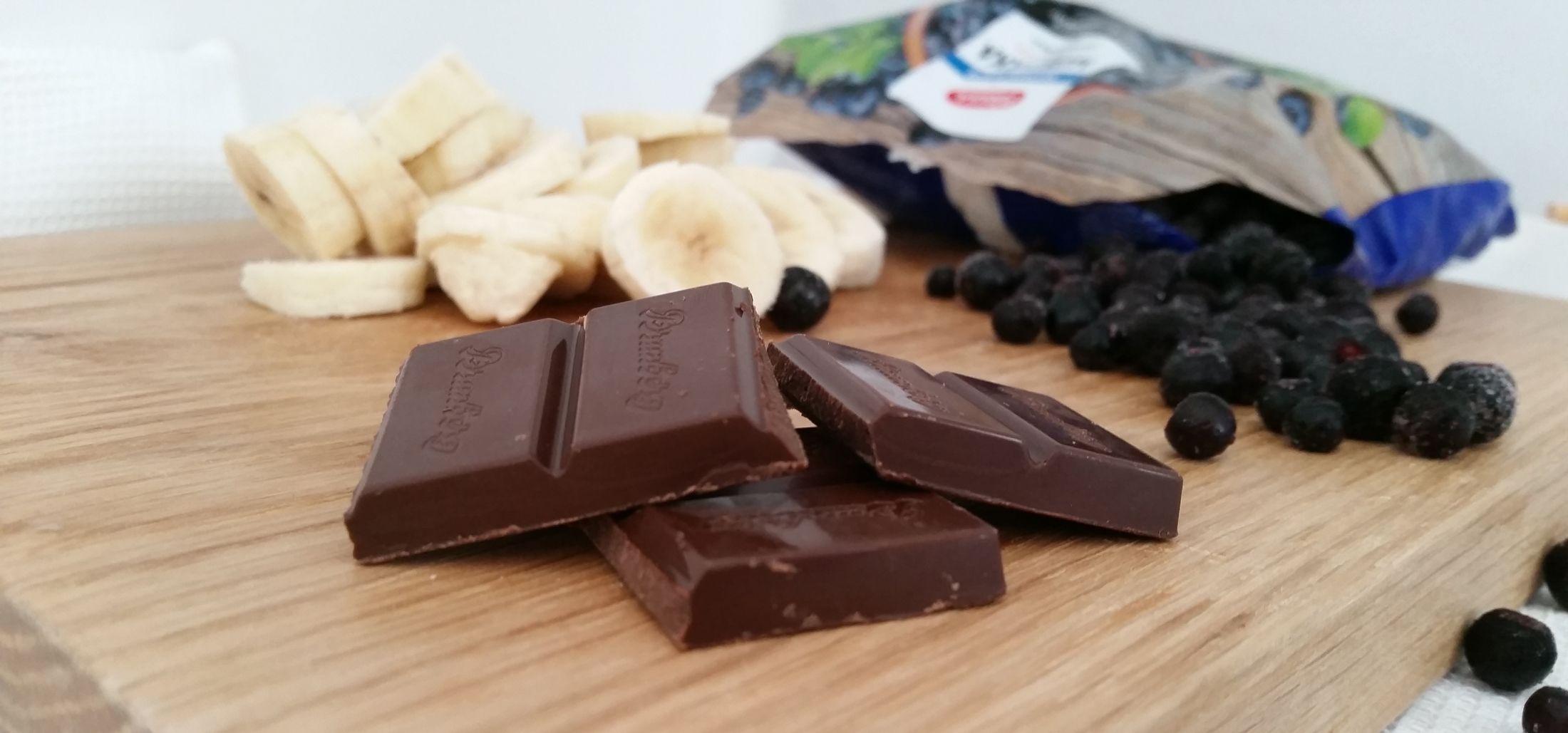 Tässä ei voida oikein suoraan puhua jäätelöstä, sillä tämä ei sisällä maitotuotteita eikä lisättyjä sokereita, mutta on silti herkullinen jälkiruoka – terveellinen jälkiruoka. Aiemmin DailyChicissä julkaistiin kahden raaka-aineen banaanimyslikeksit ja nyt olisi luvassa kahden raaka-aineen jälkiruoka. Kahden annoksen valmistamiseen tarvitset: 1 banaani 1dl mustikoita Ohje: 1. Banaanit siivutetaan ensin ja pistetään pakastimeen vähintään 4 tunniksi.…
