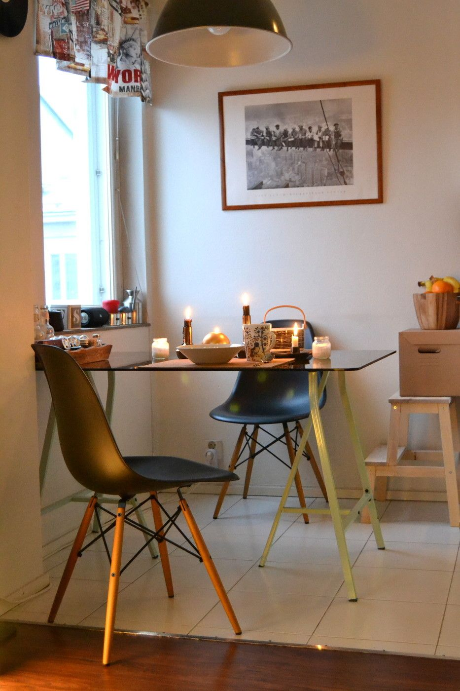 Eames DSW chairs with black seat. Check out this kitchen's style!