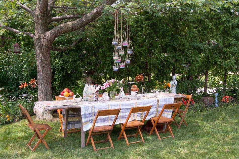 Une Pelouse Et Jardin Entretenus, Une Table Et Chaises Simples Constituent  Aussi Un Cadre Accueillant Pour Un Repas Entre Amis En Plein Air