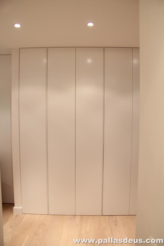 Armario en pasillo buscar con google pasillos for Revestimiento de armarios empotrados