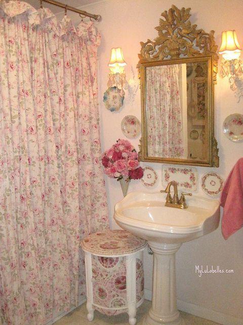 Shabby chic pink roses bathroom via flickr shabbychicbathroomspink home sweet home - Decoracion shabby chic romantico ...