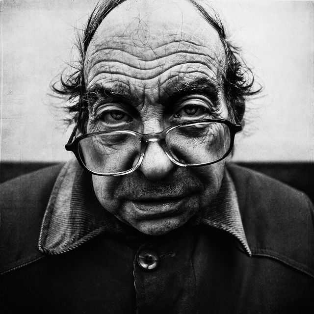 Lee jeffries portrait old man guy glasses wrinckles intense strong portrait aged photograph photo b w