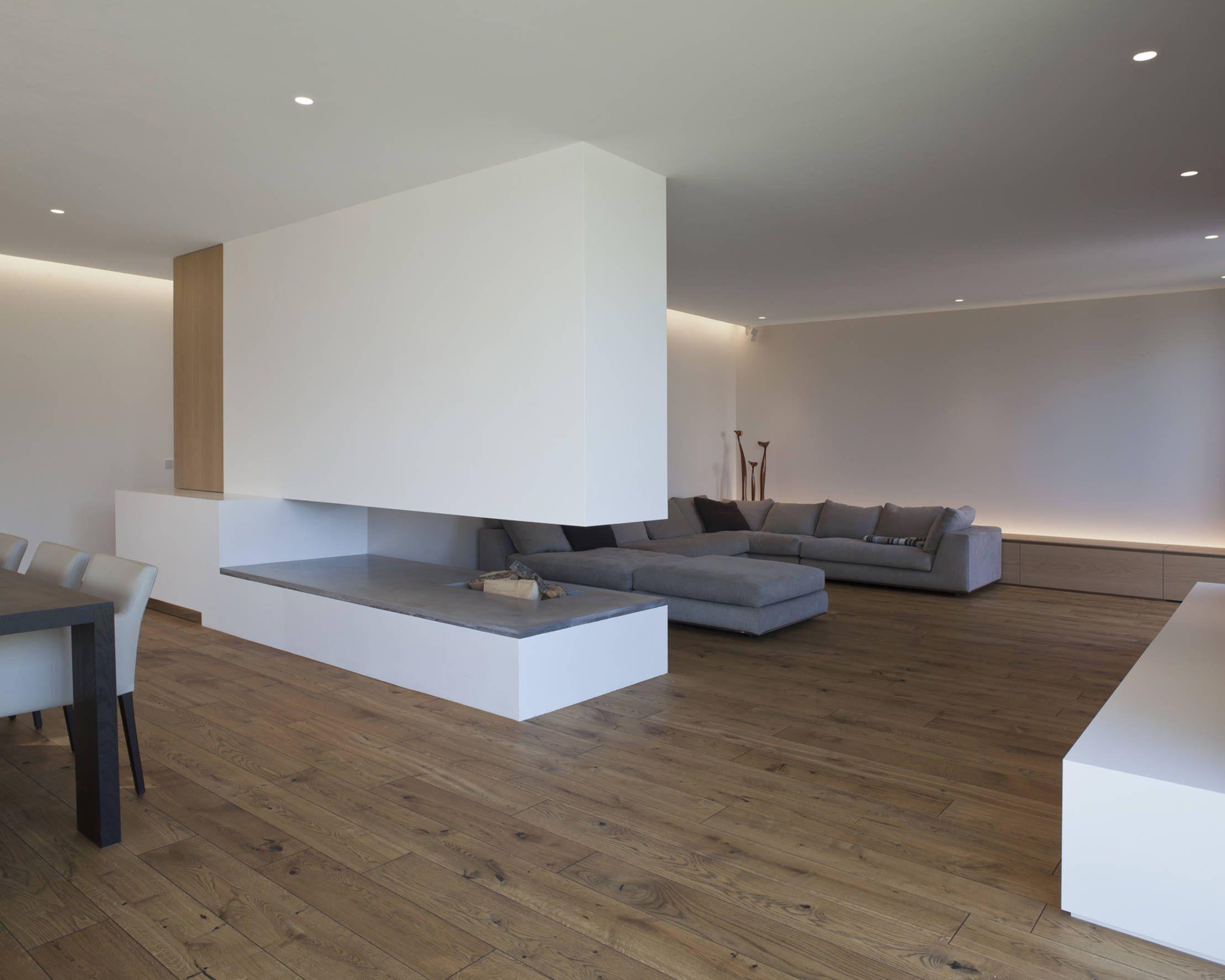 Minimalistische woning met een gastvrije sfeer haard