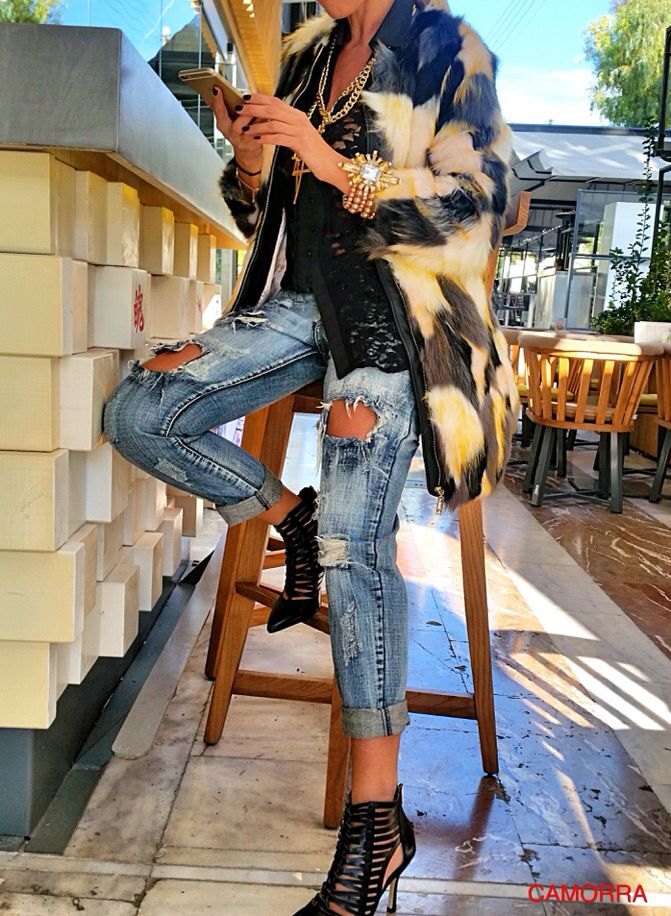 www.camorra.gr Ripped jeans and fur!  e0eb64bc792