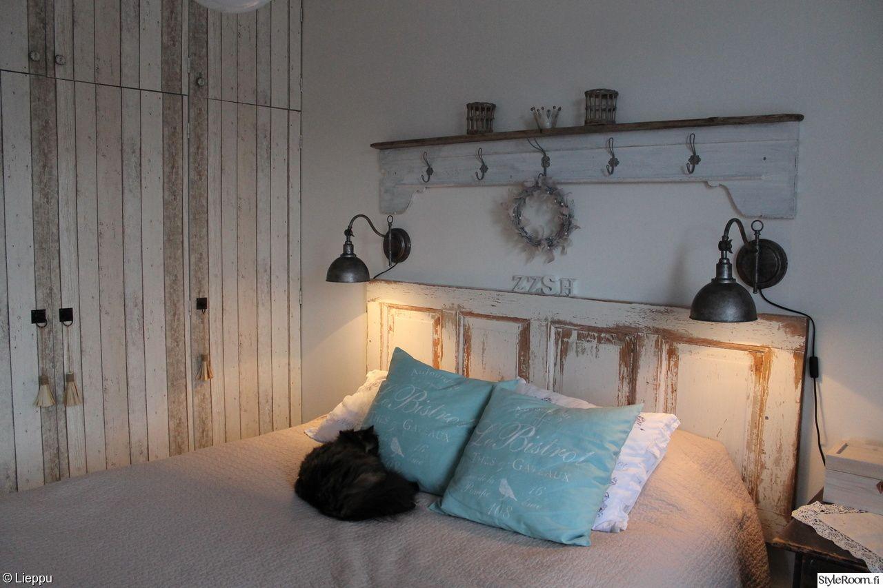 makuuhuone,maalaisromanttinen,maalaus,tapetti,lautatapetti,vanha ovi,naulakko