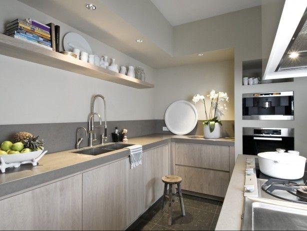 Cuisine avec sol gris meubles blancs plan de travail for Credence cuisine grise