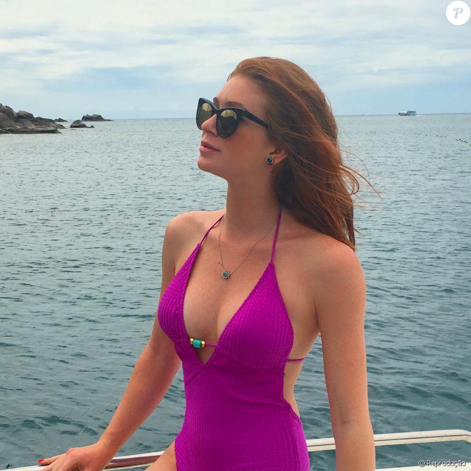 Marina Ruy Barbosa de maiô rosa C&A