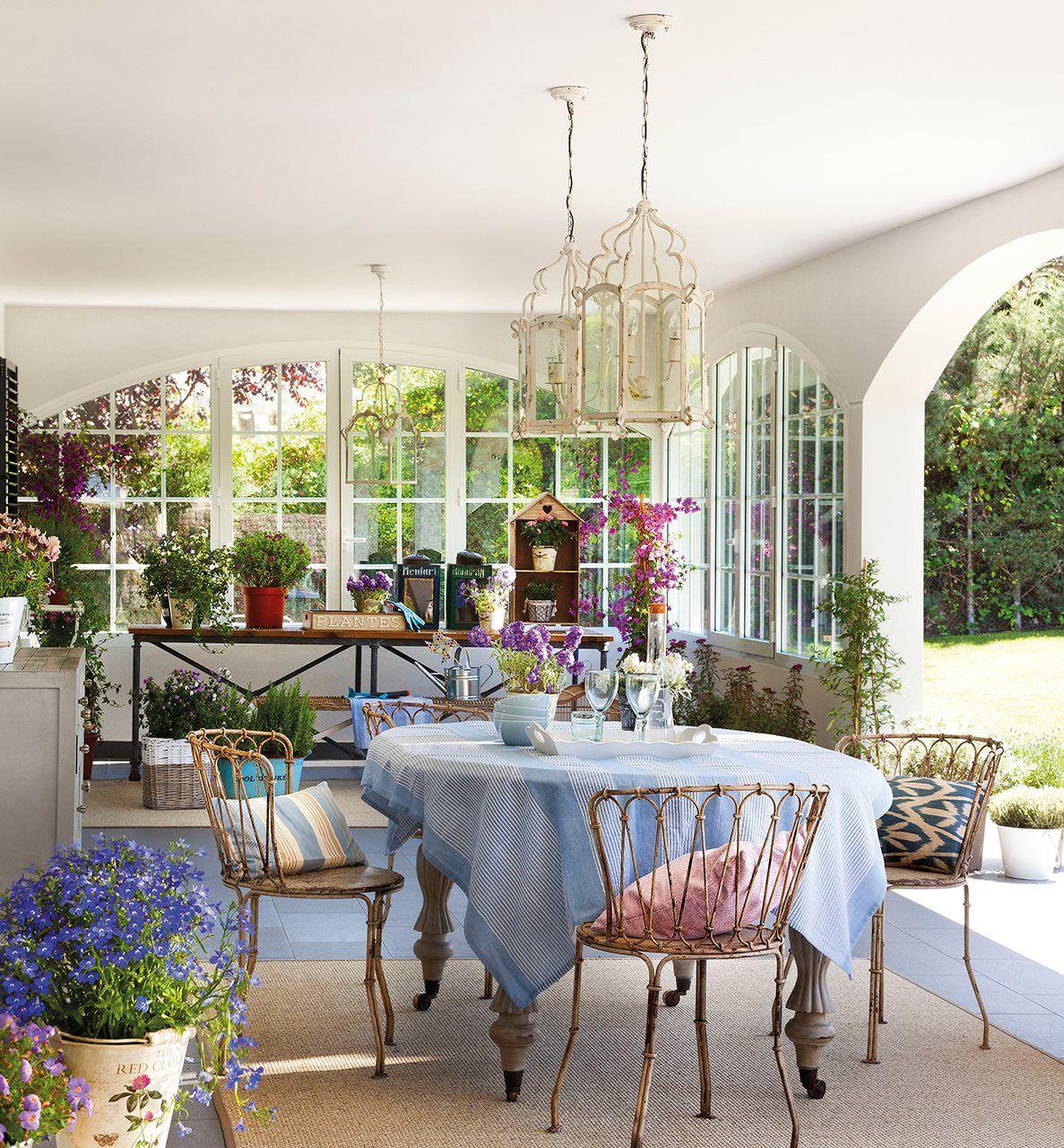 Porche cubierto con mesa y sillas comedor en el porche for Mesa porche