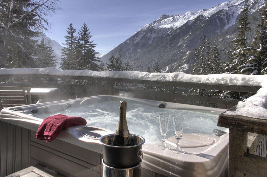 Hotel restaurant Chamonix  Location de chalets avec jacuzzi privatif  Out at the Cabin