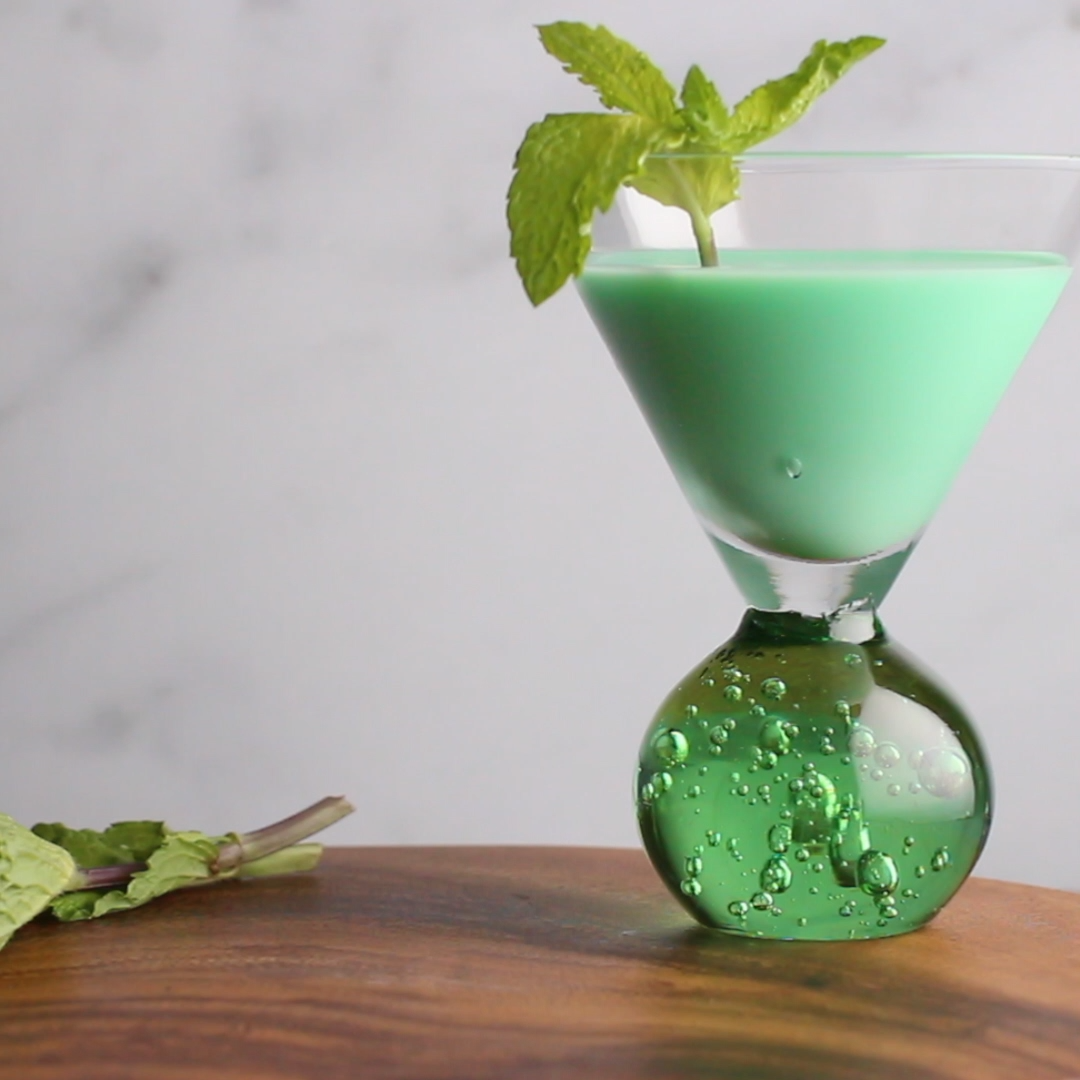 Grasshopper Cocktail Video Recipe Video Grasshopper Cocktails Grasshopper Drink Recipe Light Drinks