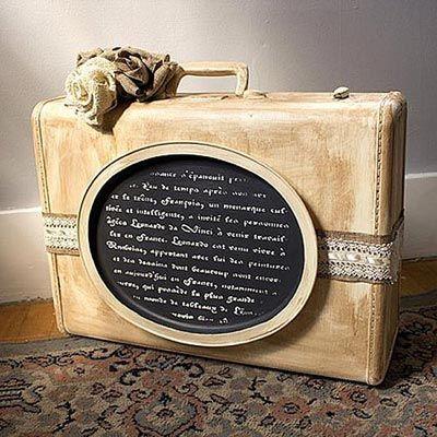 Maletín decorado con plantilla de texto de Decoart Americana.
