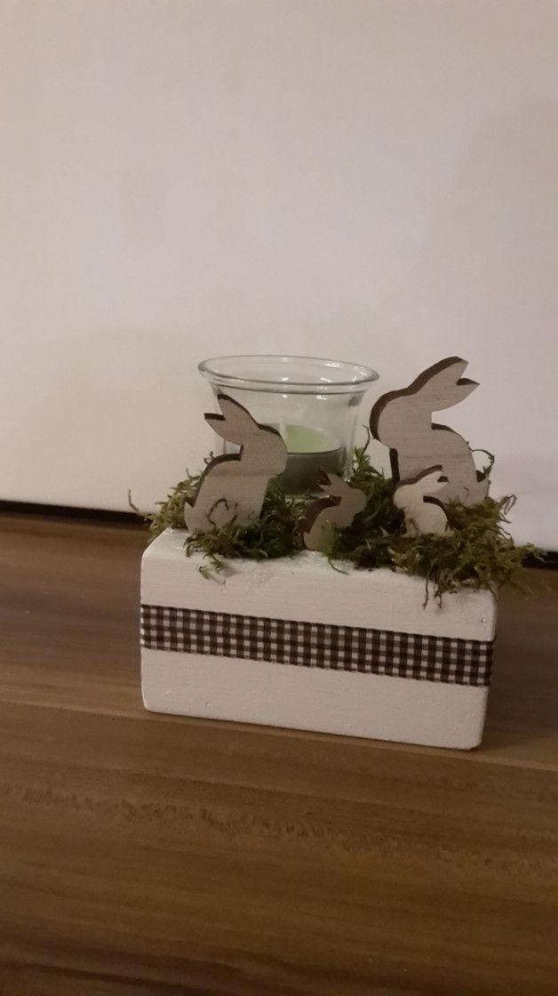 wundersch ne osterdeko holz hasen familie mit teelichthalter windlicht aus glas im gras auf. Black Bedroom Furniture Sets. Home Design Ideas