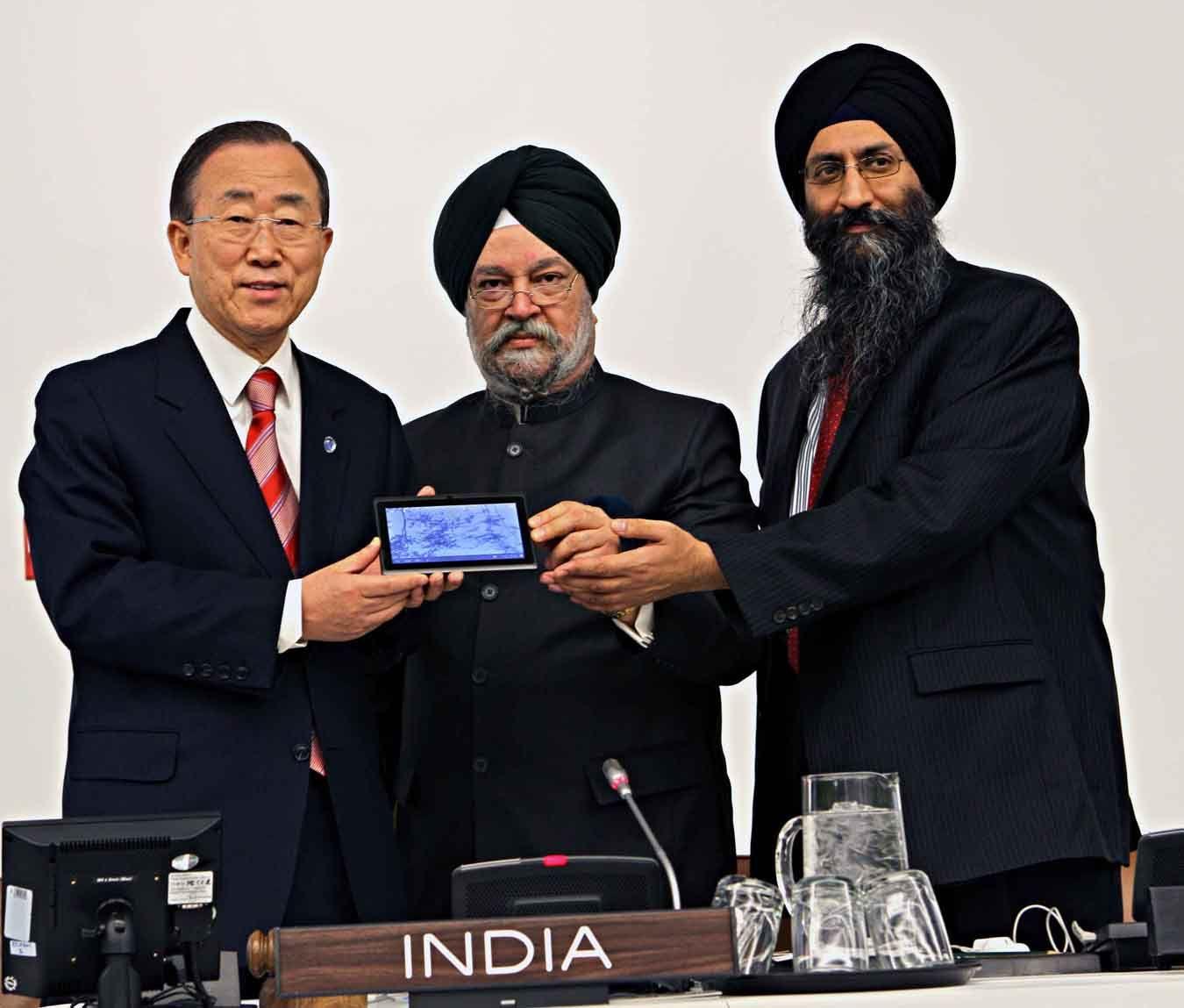 Presentato all'Onu il tablet indiano ultra low cost (60 dollari, 30 per gli studenti) che dovrà aiutare l'India a superare il digital divide.