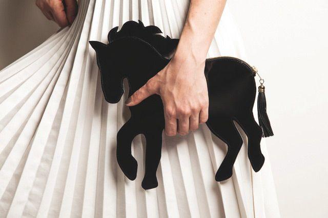 Que los clutches que llevamos en la mano toman de cada vez, formas más originales, ya viene siendo algo habitual, uno de los últimos en llegar, los clutches en forma de unicornio.